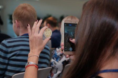 ビットコインを手に取る女性