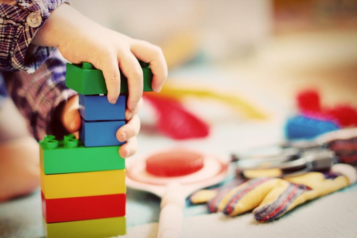 子供がカラフルなブロックで遊ぶ